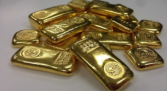 Gold holds near six-week lows after upbeat US data