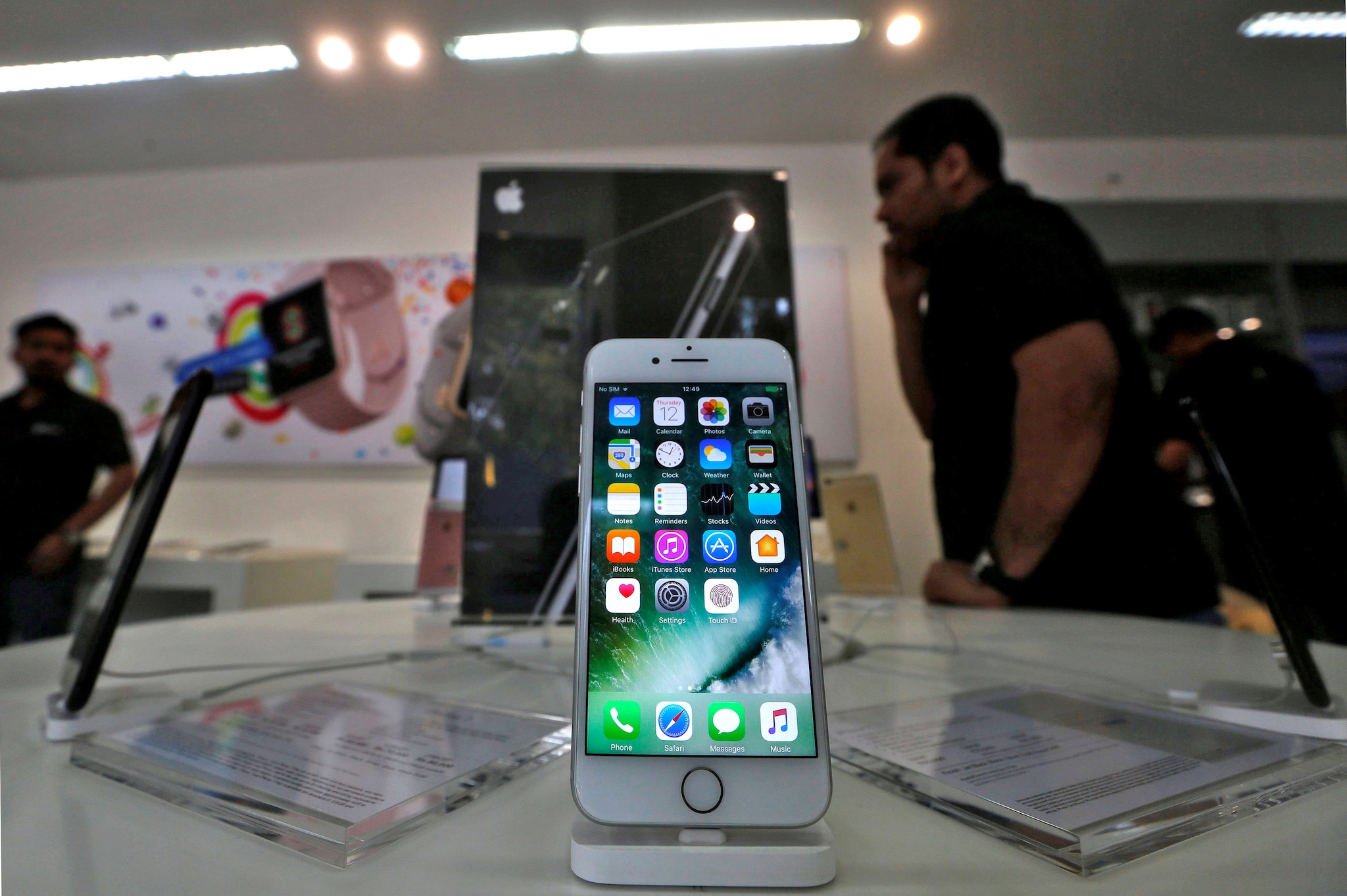 Apple iPhone 7- Apple' s iPhone 7 runs iOS 12, is water-resistant and houses a 12MP camera, Retina HD display, great battery life and stereo speakers. The 32GB iPhone 7 costs Rs 39,900.