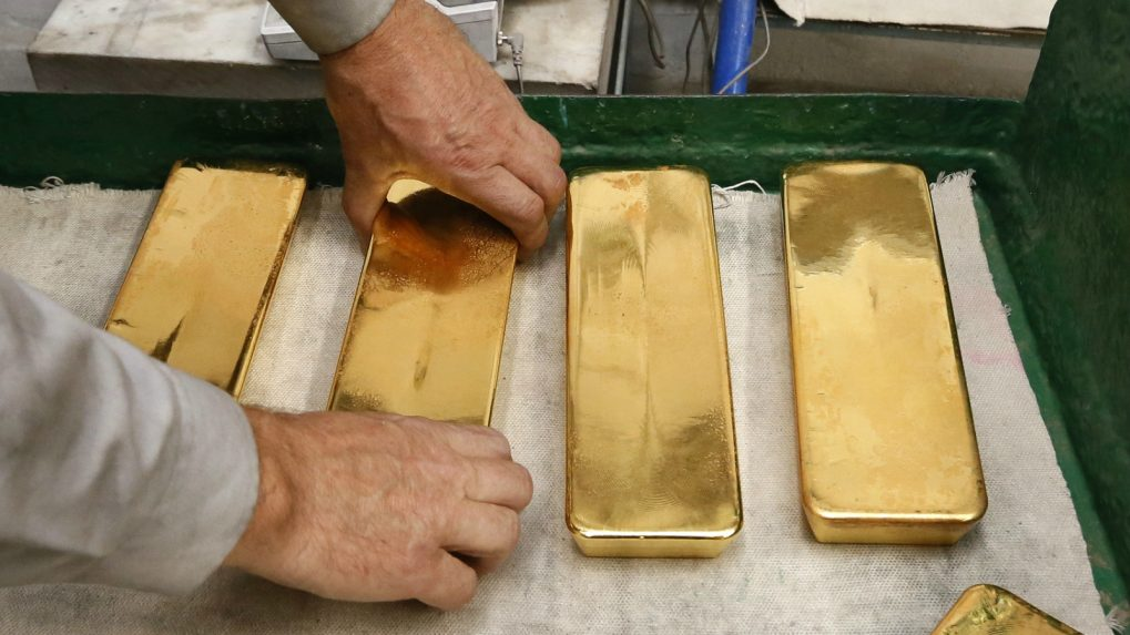 Gold falls as rate hike views steady dollar