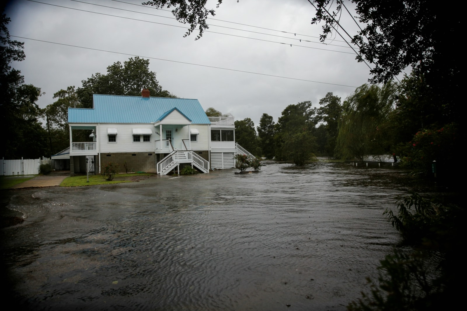 Water from Neuse River floods houses as Hurricane Florence comes ashore in New Bern, North Carolina, US. September 13, 2018. REUTERS/Eduardo Munoz