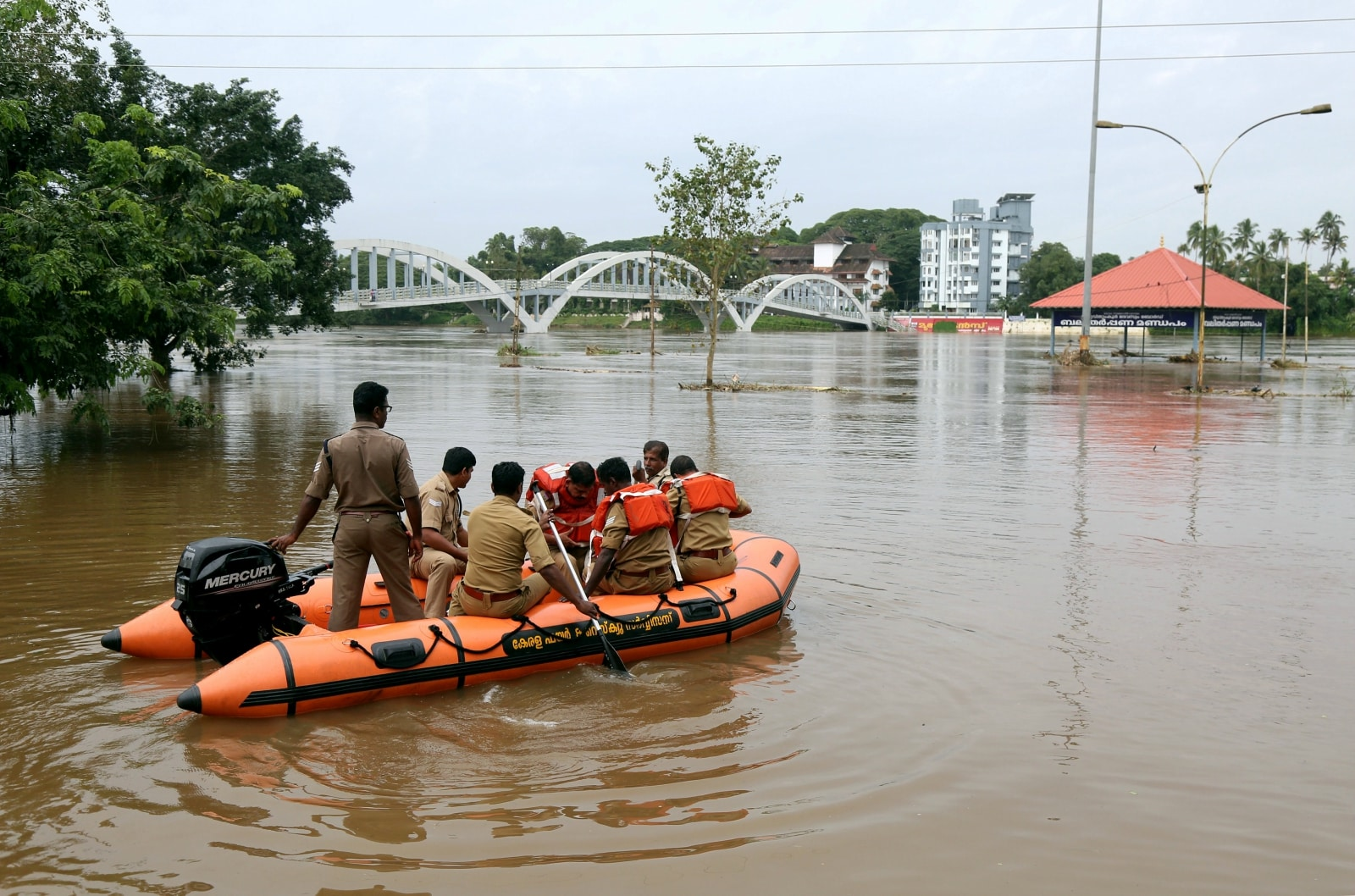 Rescue personnel patrol flooded waters on the banks of Periyar River after the opening of Idamalayar and Cheruthoni dam gates following heavy rains, on the outskirts of Kochi, Kerala. August 10, 2018. REUTERS/Sivaram V/File Photo