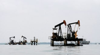 Oil falls as US grants Iran sanction waivers to eight importers