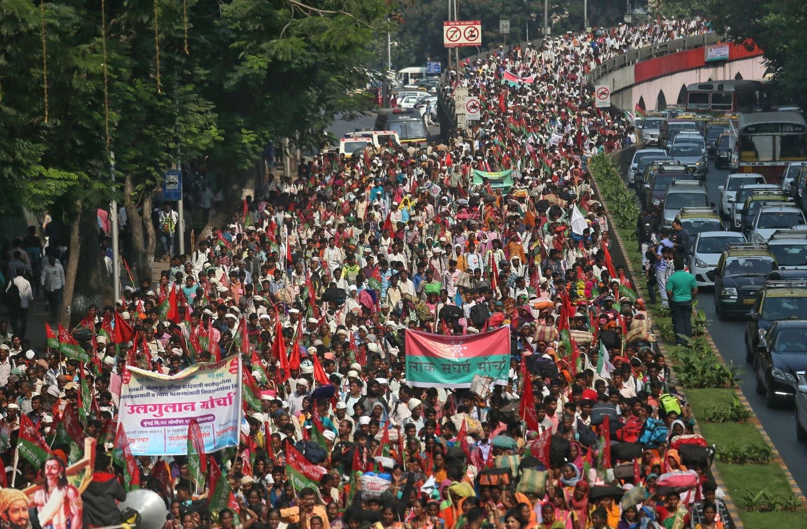 Farmers march on a flyover during a protest rally demanding loan waivers and the transfer of forest lands to villagers who have farmed there for decades, in Mumbai, November 22, 2018. REUTERS/Francis Mascarenhas