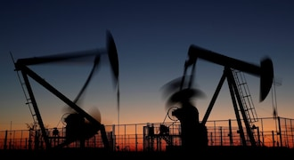 Oil falls, set for more than 20 percent loss in November amid swelling stocks