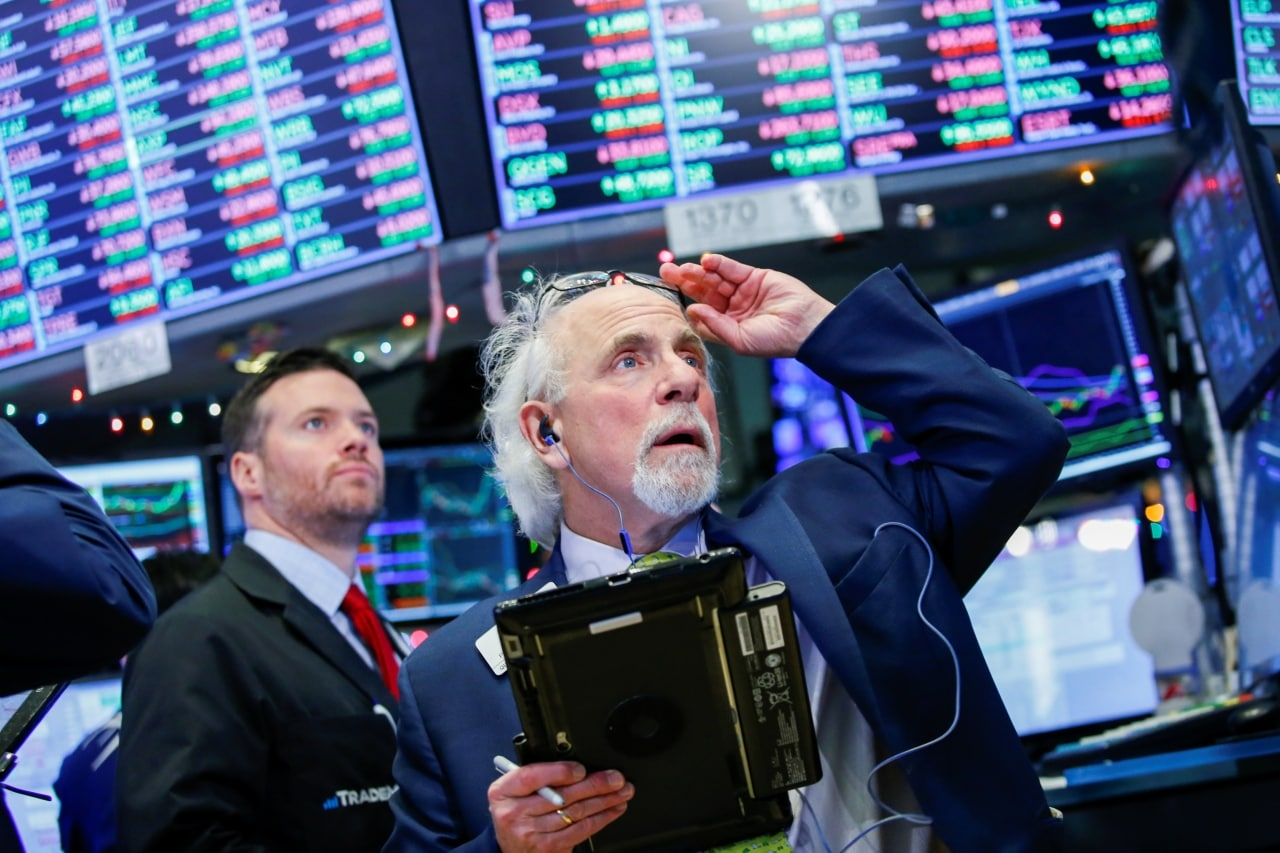 3. US: Stocks tumbled on Wall Street and yields on the benchmark 10-year U.S. Treasury note fell below 2.30 percent to the lowest since October 2017. The Dow Jones Industrial Average fell 286.14 points, or 1.11 percent, to 25,490.47. The S&P 500 lost 34.03 points, or 1.19 percent, to 2,822.24 and the Nasdaq Composite dropped 122.56 points, or 1.58 percent, to 7,628.28. (Image: Reuters)