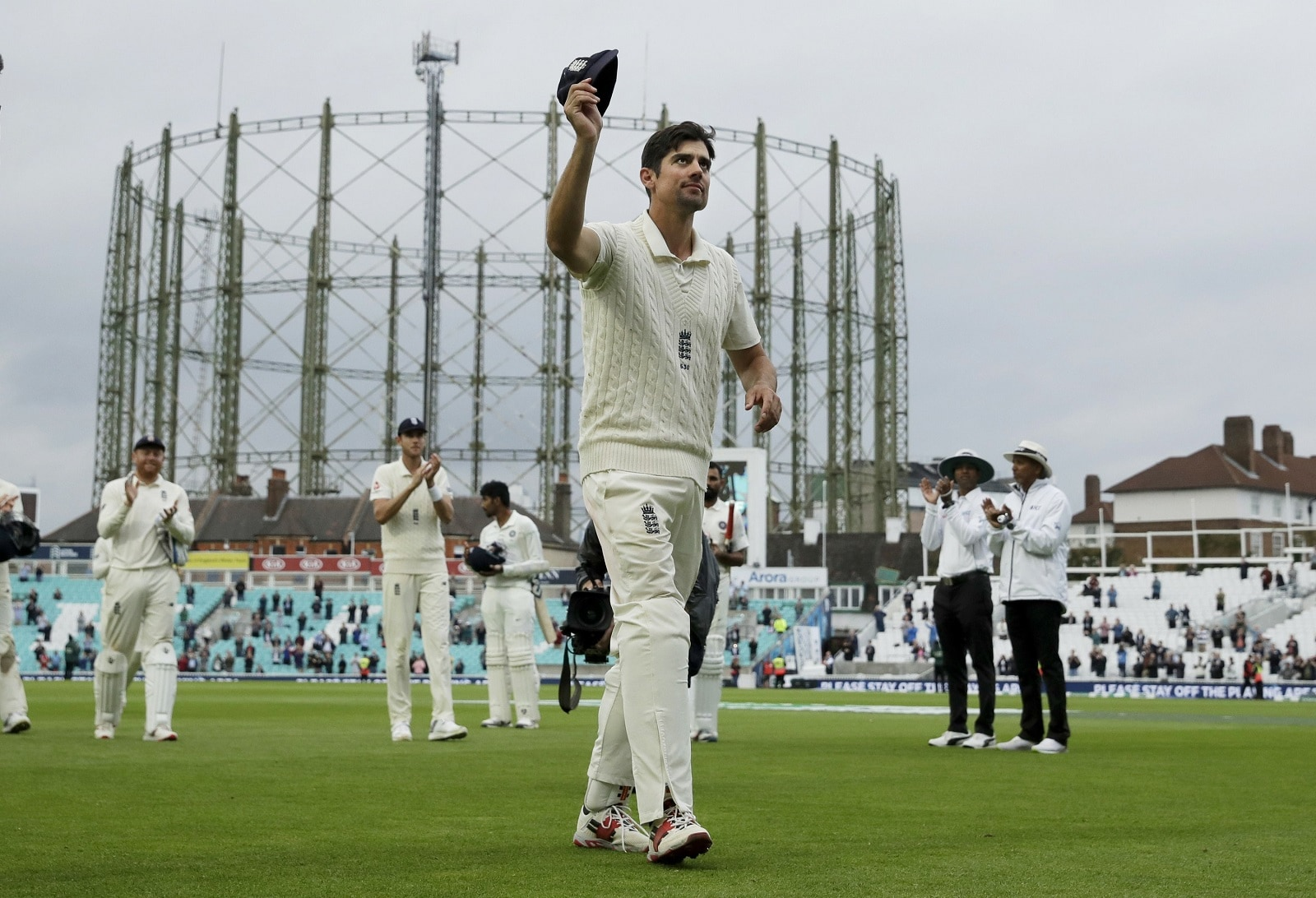 England's Alastair Cook, at the end of his final match before retiring from test cricket, raises his cap as he walks off at the end of the fifth cricket test match of a five match series between England and India at the Oval cricket ground in London, on September 11, 2018. (AP Photo/Matt Dunham)
