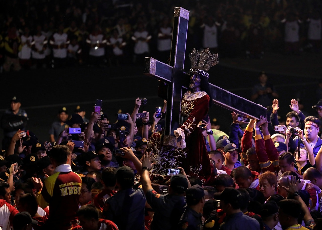 Devotees carry the statue of the Black Nazarene as the annual procession begins on its feast day in Manila, Philippines, January 9, 2019. REUTERS/Eloisa Lopez