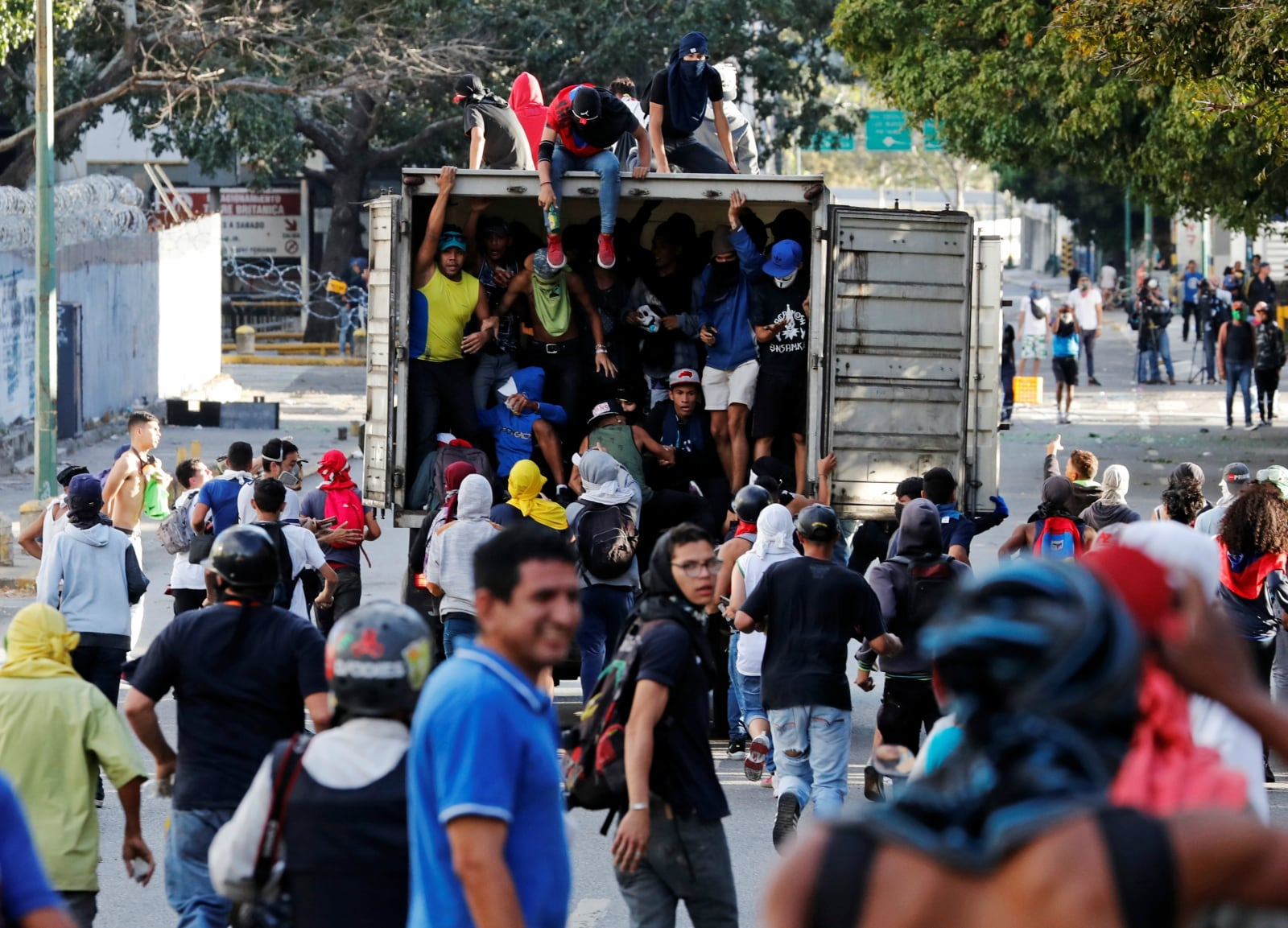 Demonstrators follow a truck during a protest of opposition supporters against Venezuelan President Nicolas Maduro's government in Caracas, Venezuela January 23, 2019. REUTERS/Carlos Garcia Rawlins