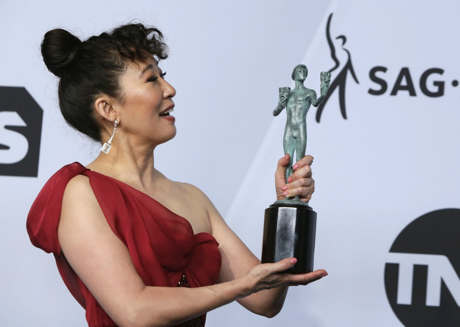 25th Screen Actors Guild Awards – Photo Room – Los Angeles, California, US, January 27, 2019 - Sandra Oh poses backstage with her Outstanding Performance by a Female Actor in a Drama Series award for