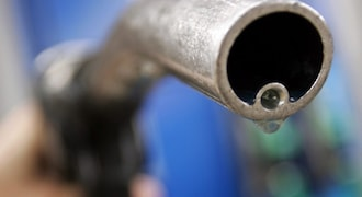 Oil prices rise 1% as US storm aftermath tightens supply