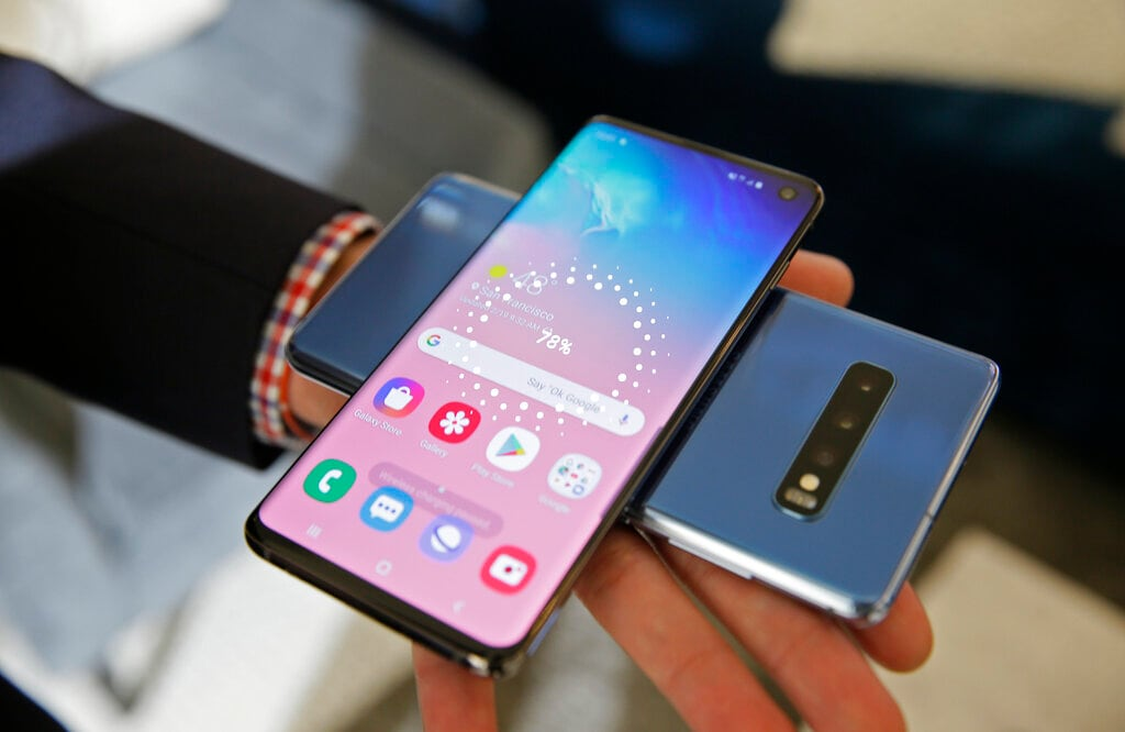 In this Tuesday, February 19, 2019, photo the wireless power charging feature for the new Samsung Galaxy S10 smartphones is demonstrated during a product preview in San Francisco. (AP Photo/Eric Risberg)