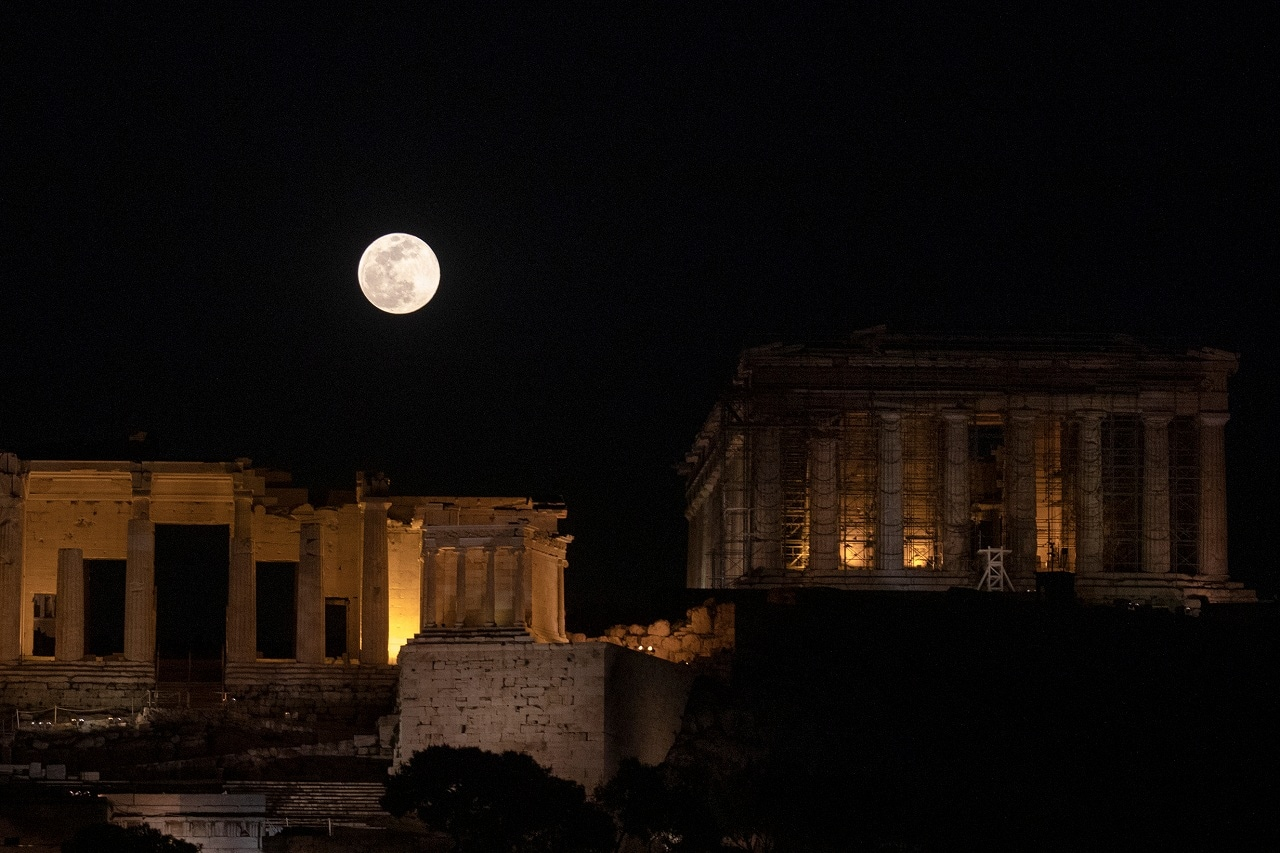 A super snow moon is seen over the archaeological site of the Acropolis in Athens, Greece February 19, 2019. (Reuters)