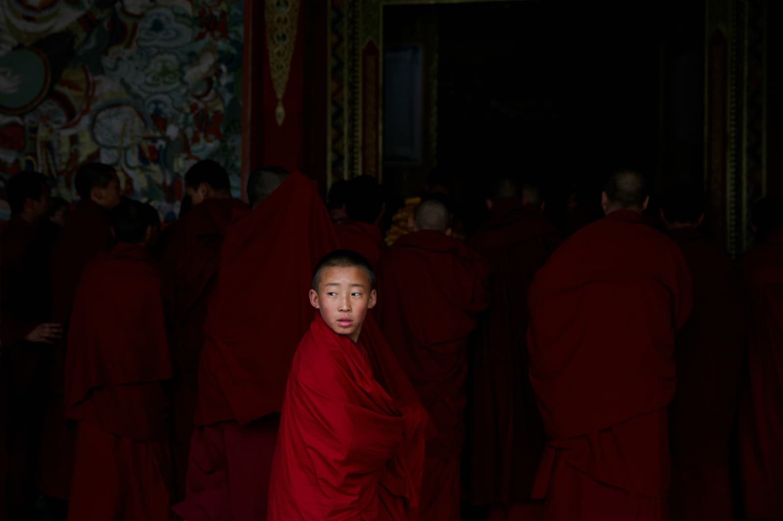Buddhist monks enter a prayer hall at Rongwo Monastery in the largely ethnic Tibetan town of Rebkong, Qinghai province, China March 9, 2019. REUTERS/Thomas Peter