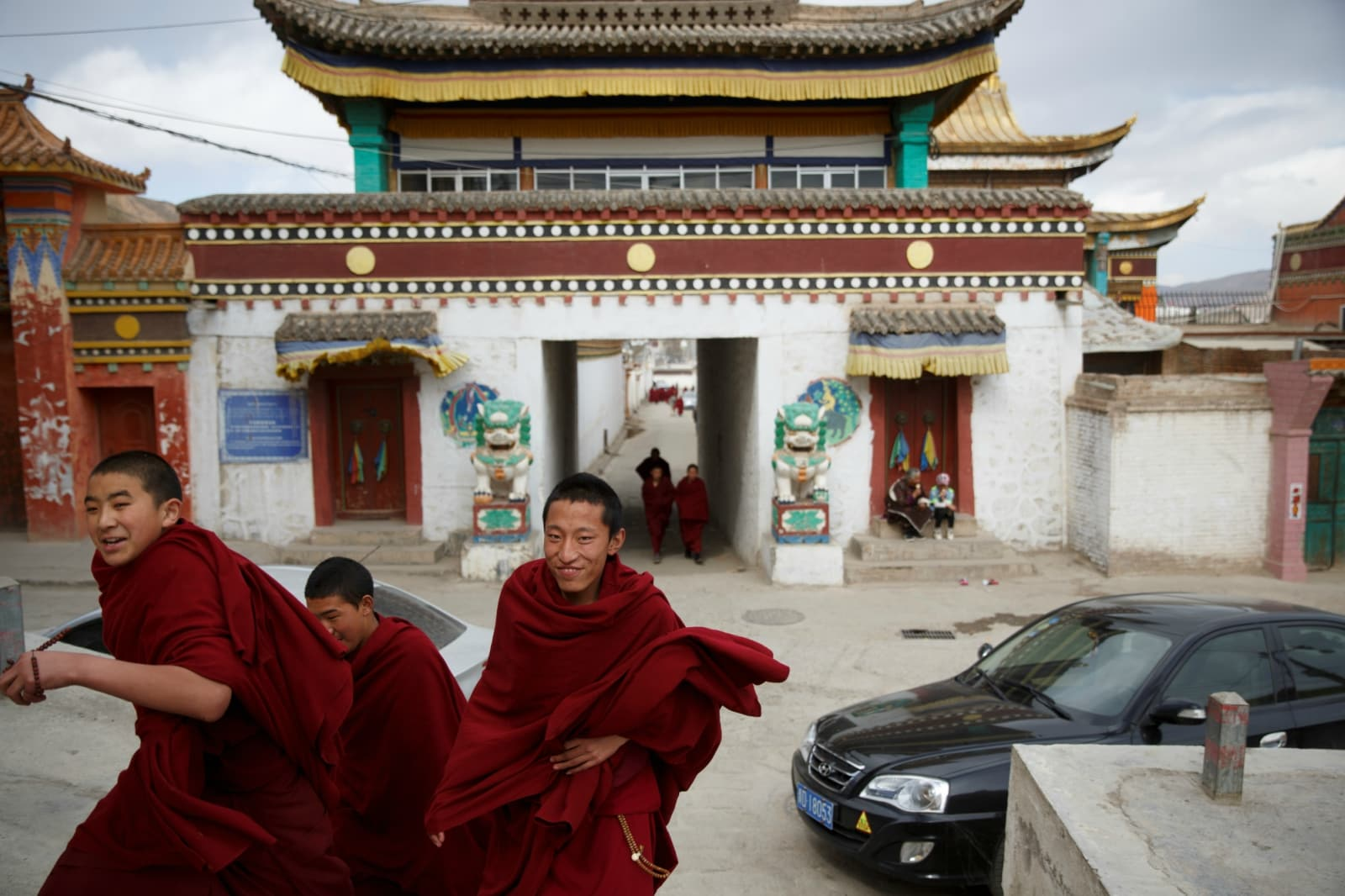 Buddhist monks leave Rongwo Monastery in the largely ethnic Tibetan town of Rebkong, Qinghai province, China March 9, 2019. REUTERS/Thomas Peter