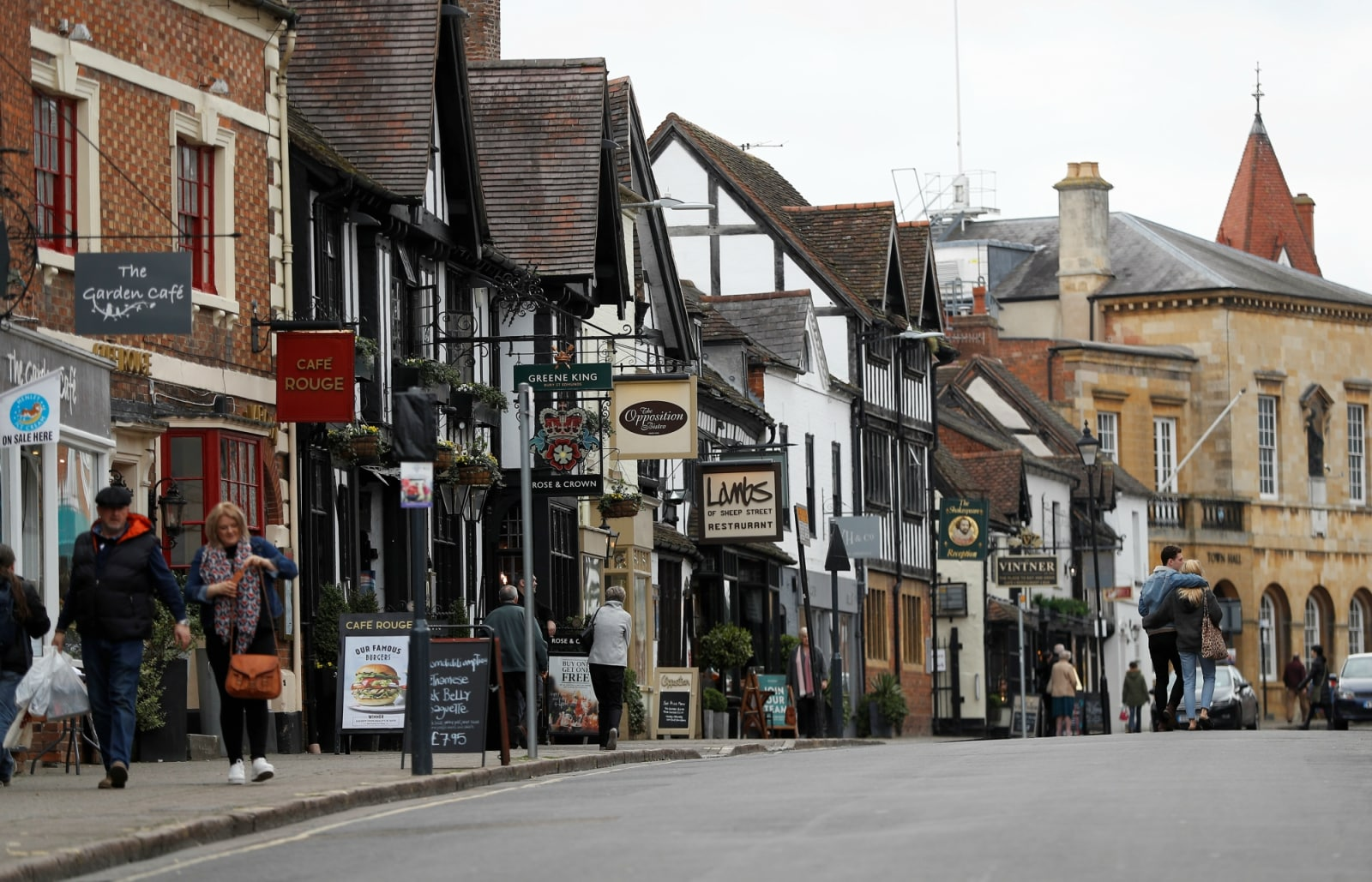 Visitors and shoppers walk along Sheep street in the centre of Stratford-upon-Avon, Britain, March 22, 2019. REUTERS/Peter Nicholls/Files