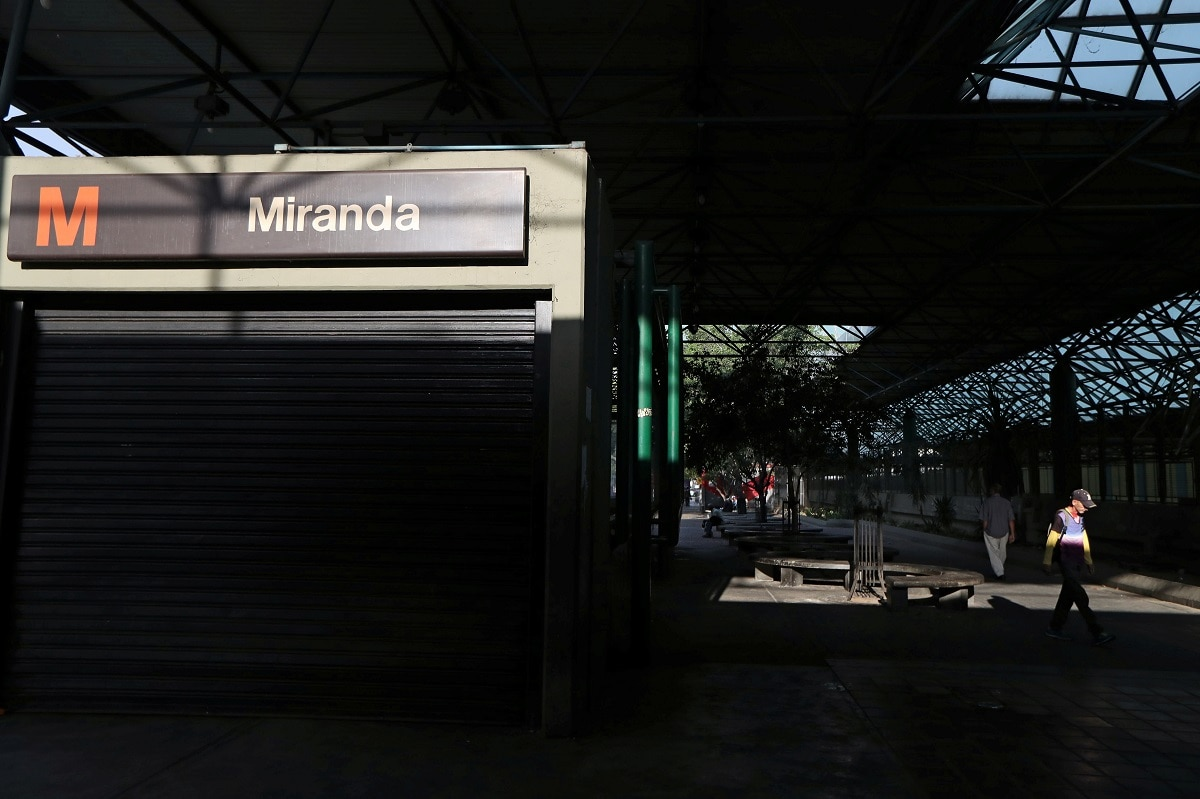 Locals walk past outside a closed metro station during a blackout in Caracas. (REUTERS/Ivan Alvarado)