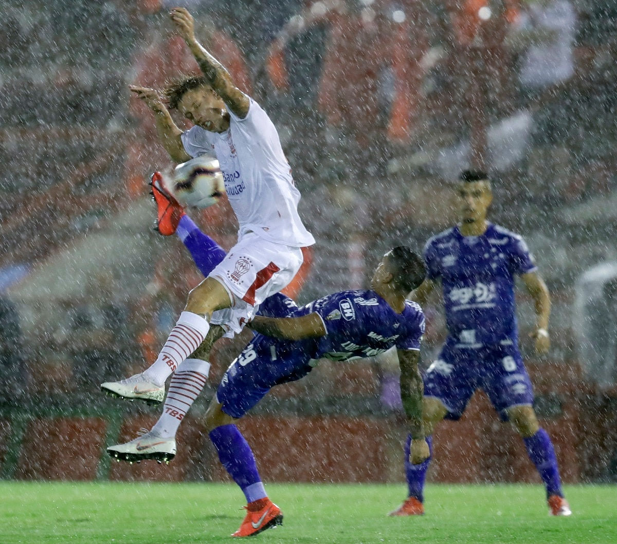 Lucas Romero of Brazil's Cruzeiro, right, fights for the ball with Ivan Javier Rossi of Argentina's Huracan during a Copa Libertadores soccer game in Buenos Aires, Argentina. (AP Photo/Natacha Pisarenko)