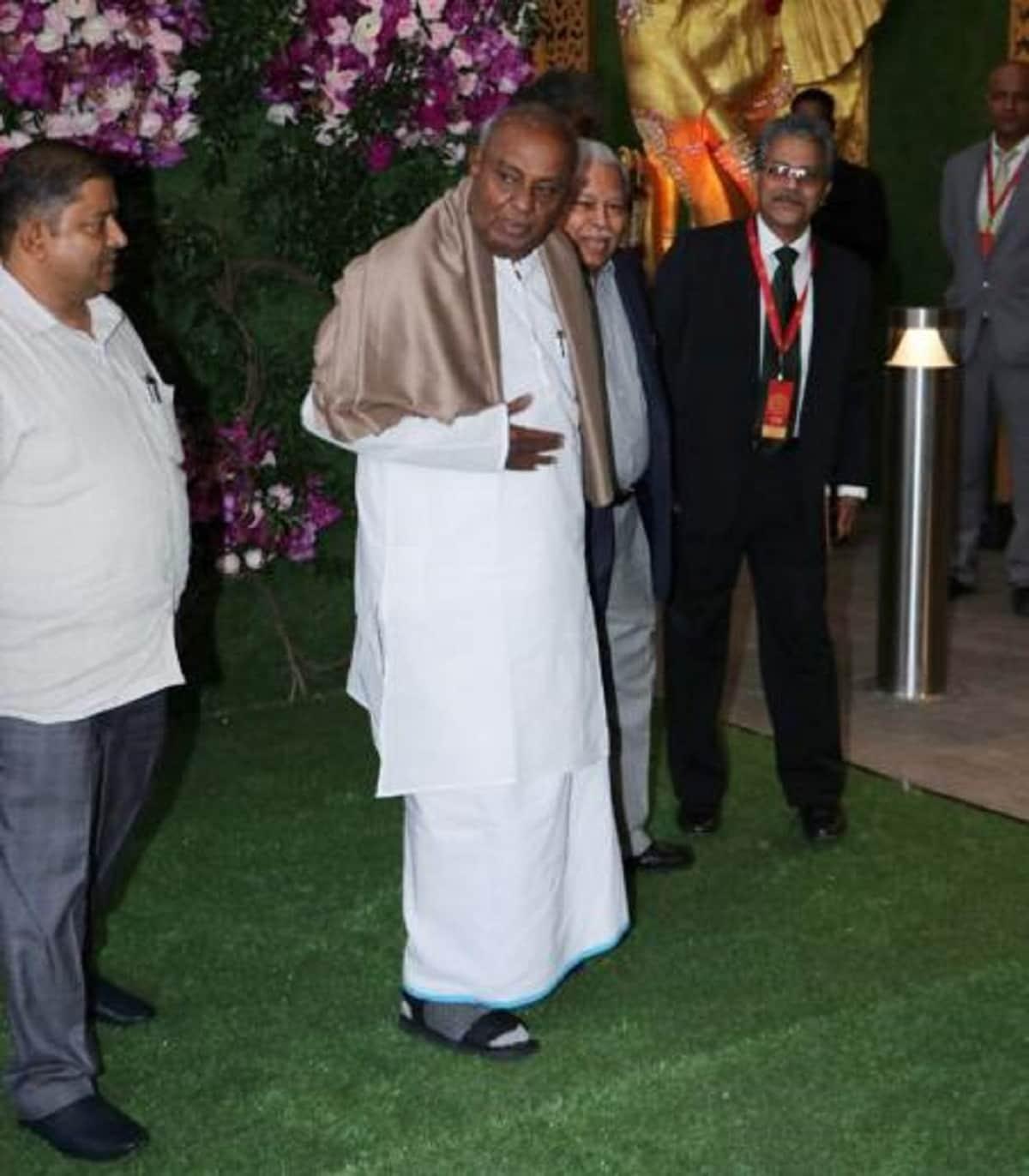 Former prime minister HD Deve Gowda attends Akash Ambani and Shloka Mehta's wedding. (Image: Viral Bhayani)