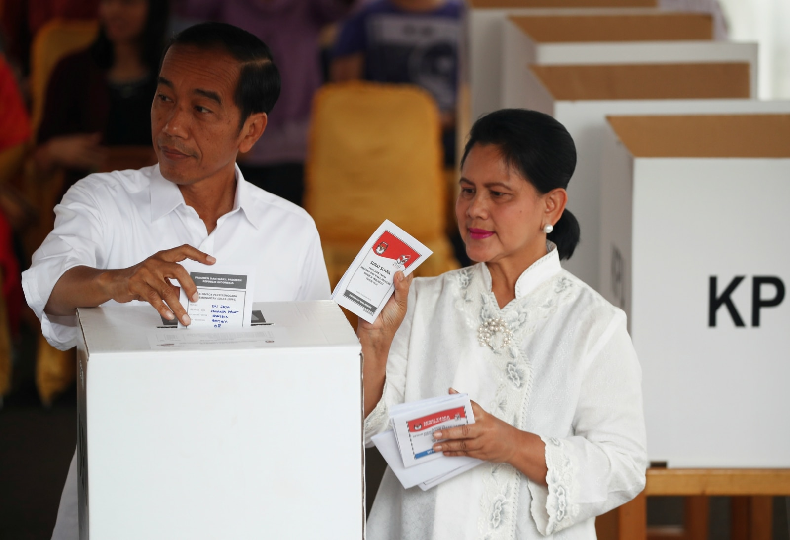 Indonesian President Joko Widodo and first lady Iriana Joko Widodo cast their ballots during elections in Jakarta, Indonesia April 17, 2019. REUTERS/Edgar Su