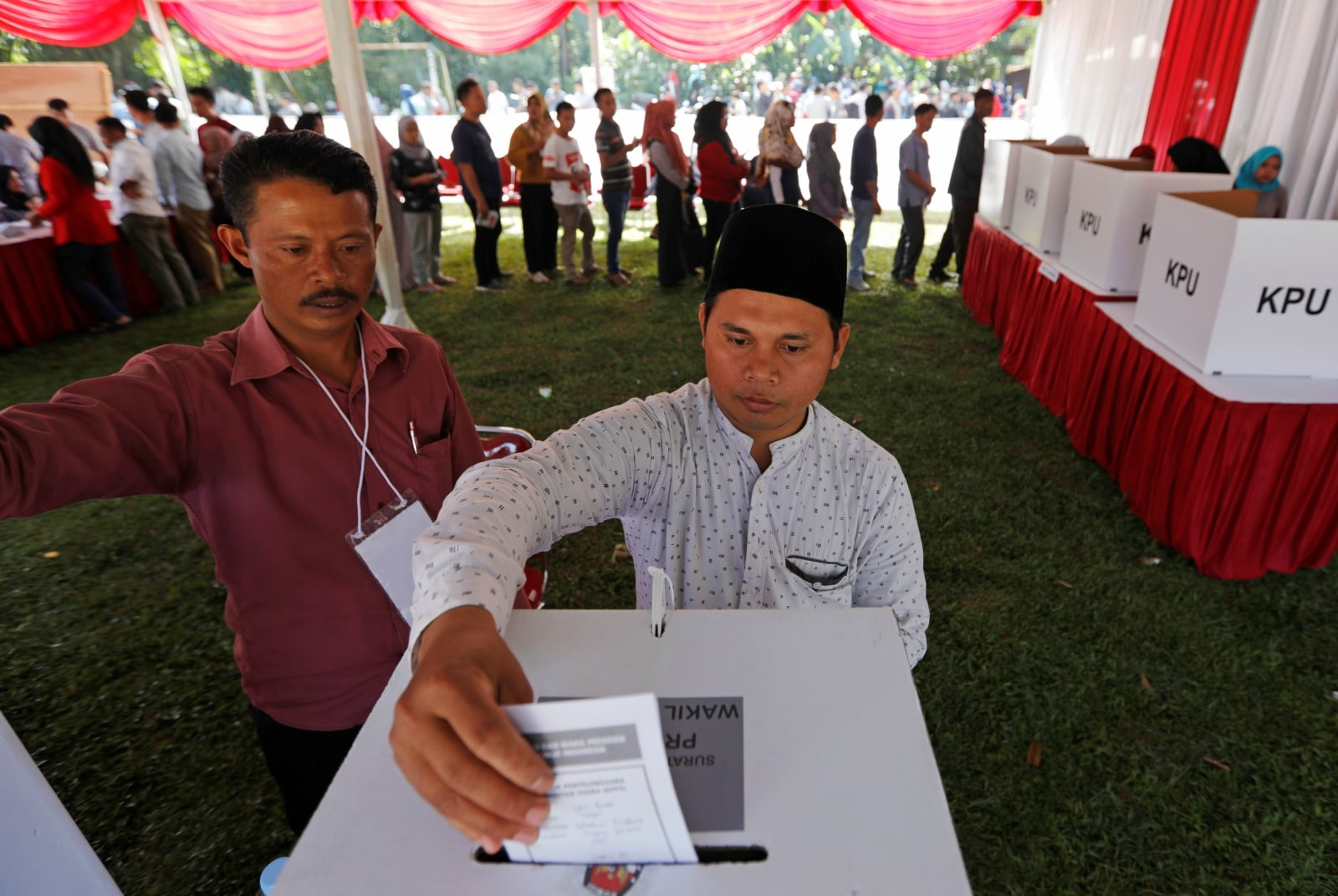 A voter casts his ballot at a polling booth during elections in Bogor, West Java, Indonesia April 17, 2019. REUTERS/Willy Kurniawan