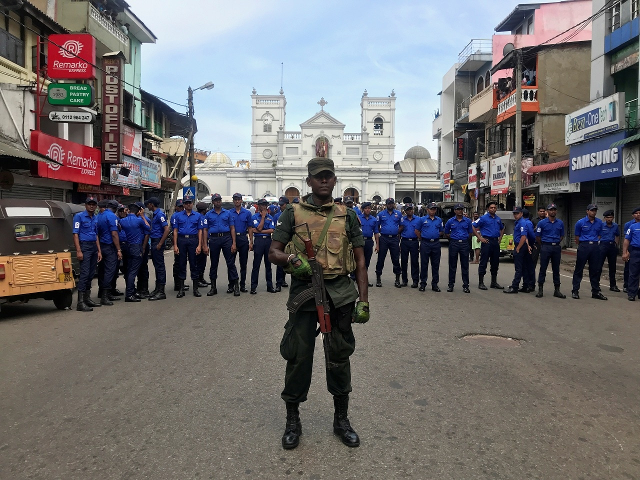 Sri Lankan military officials stand guard in front of the St. Anthony's Shrine, Kochchikade church after an explosion in Colombo, Sri Lanka April 21, 2019. (REUTERS/Dinuka Liyanawatte)