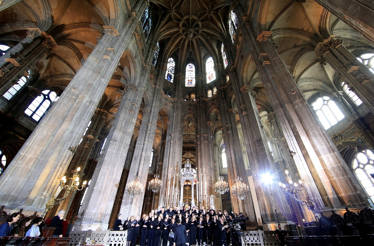 A view shows the choir before Easter Sunday Mass at Saint-Eustache, days after a massive fire devastated large parts of the structure of the gothic Notre-Dame Cathedral. REUTERS/Gonzalo Fuentes