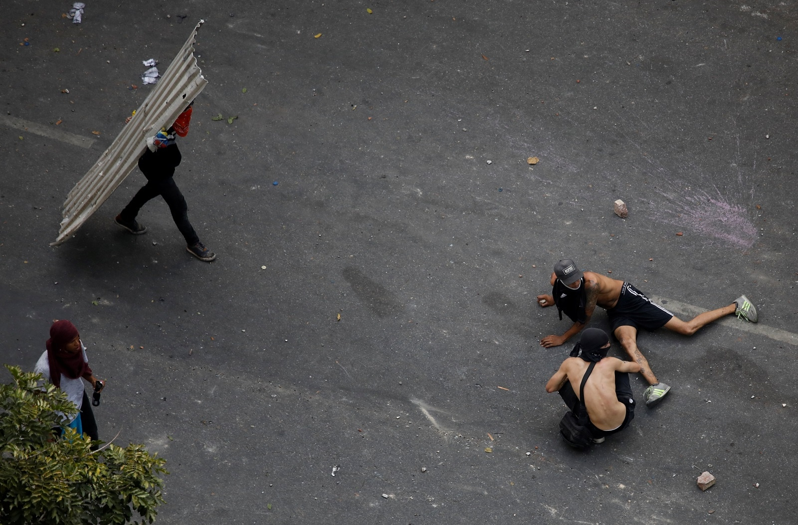Demonstrators lay on the ground as they react to the sound of gunfire during clashes with security forces in Caracas Venezuela, May 1, 2019. REUTERS/Adriana Loureiro