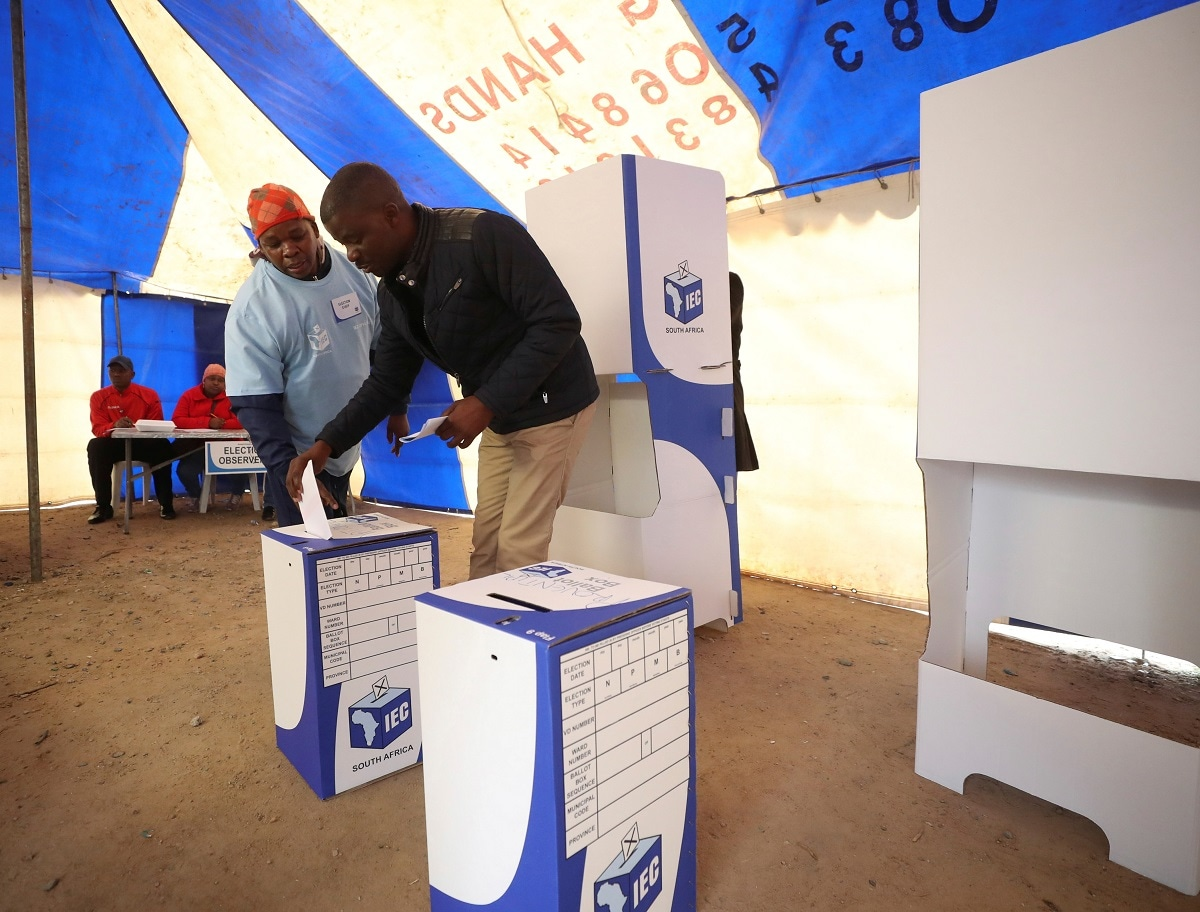 A voter casts his ballot at a polling station during South Africa's parliamentary and provincial elections, in Alexandra township, Johannesburg. (REUTERS/Mike Hutchings)
