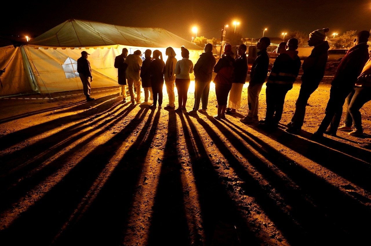 Voters queue to cast their ballots before polls close outside a polling station in Alexandra township in Johannesburg, South Africa, May 8, 2019. (Reuters)