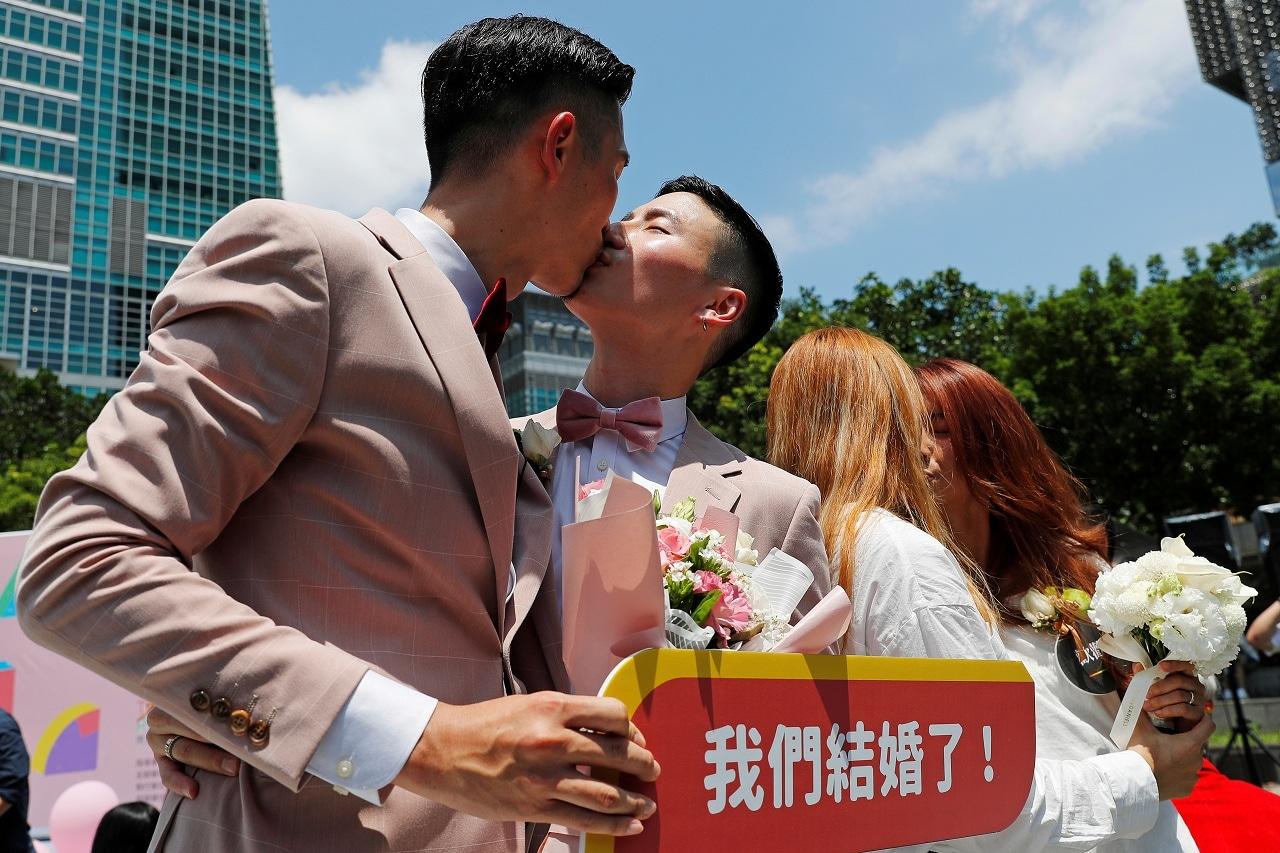 Gay and lesbian newlyweds kiss at a pro same-sex marriage party after registering their marriages in Taipei, Taiwan May 24, 2019. REUTERS/Tyrone Siu