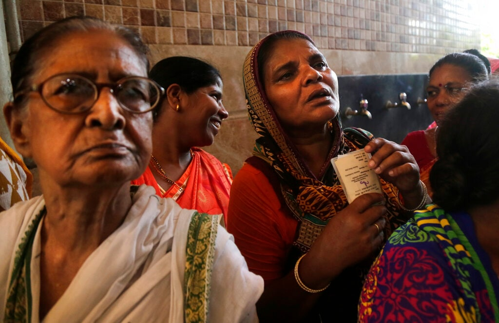 Indian woman wait to cast their votes outside a polling station during the final phase of national elections in Kolkata, India, Sunday, May 19, 2019. (AP Photo/Bikas Das)