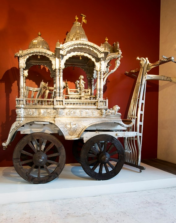 A humungous silver chariot with a Krishna image dominates the lower level.