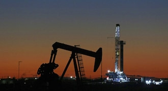 Oil rises on expectations of Fed rate cut, another US crude drawdown