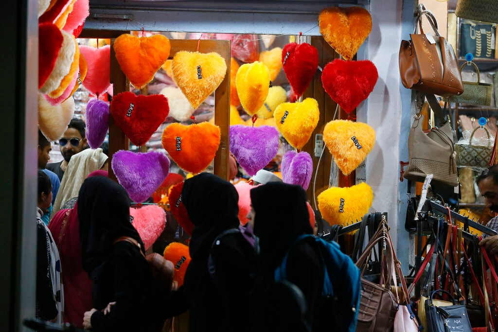 Kashmiri people shop ahead of Eid al-Fitr in Srinagar, Kashmir, Sunday, June 2, 2019. (AP Photo/Mukhtar Khan)