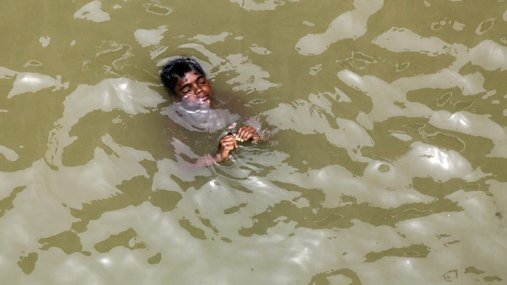 In pictures: People across the country struggle to tackle rising temperature