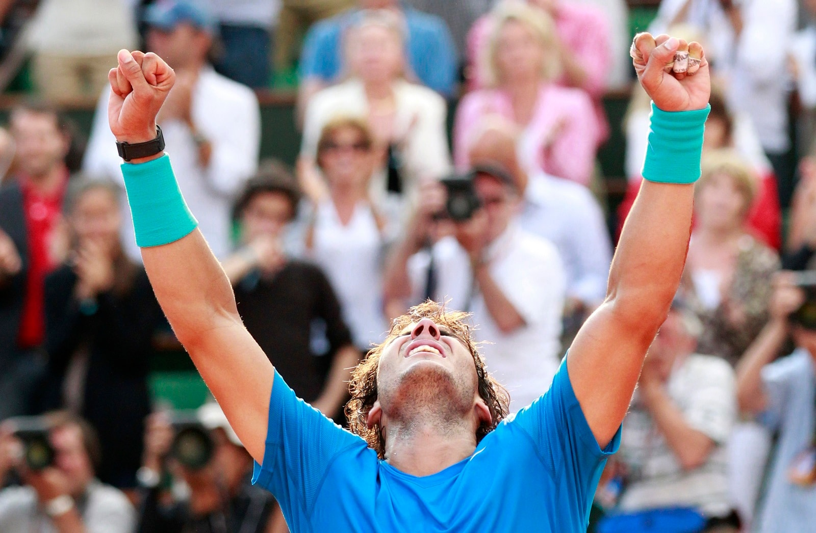 Rafael Nadal of Spain celebrates after defeating Roger Federer of Switzerland during their men's final at the French Open tennis tournament at the Roland Garros stadium in Paris June 5, 2011. REUTERS/Vincent Kessler