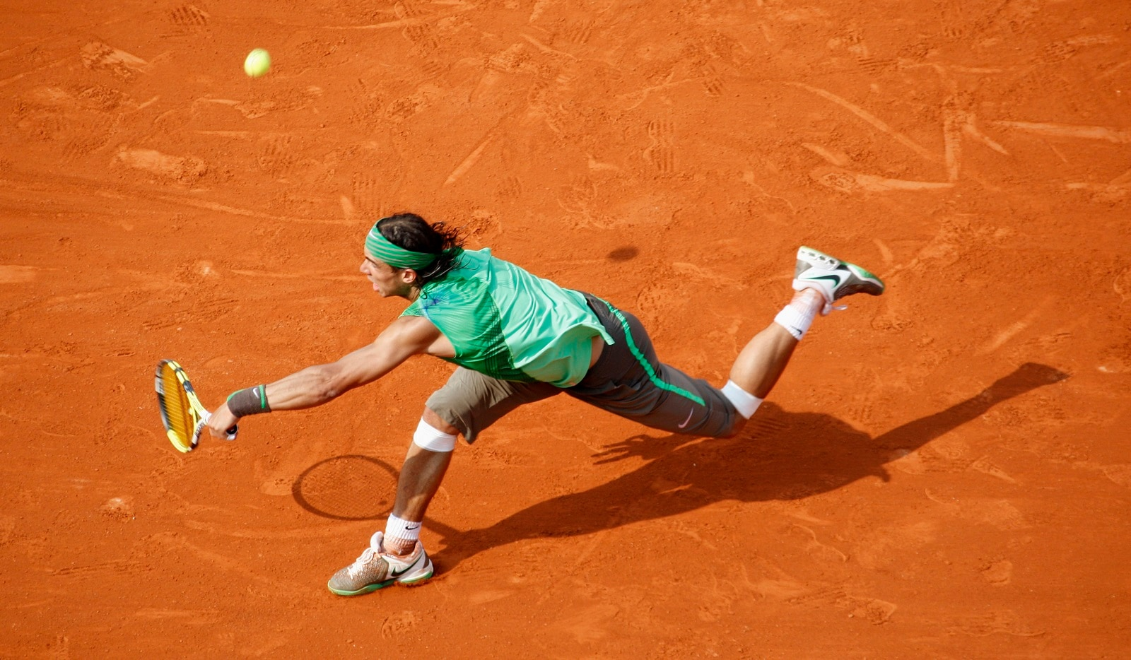 Spain's Rafael Nadal hits a return to Switzerland's Roger Federer during their men final at the French Open tennis tournament at Roland Garros in Paris June 8, 2008. REUTERS/Francois Lenoir (FRANCE) also see: PM1E486193U01