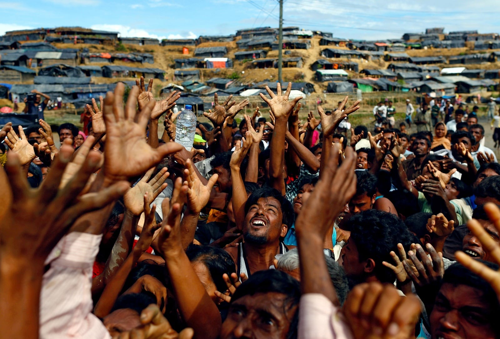 Rohingya refugees stretch their hands to receive aid distributed by local organisations at Balukhali makeshift refugee camp in Cox's Bazar, Bangladesh, September 14, 2017. REUTERS/Danish Siddiqui/File Photo