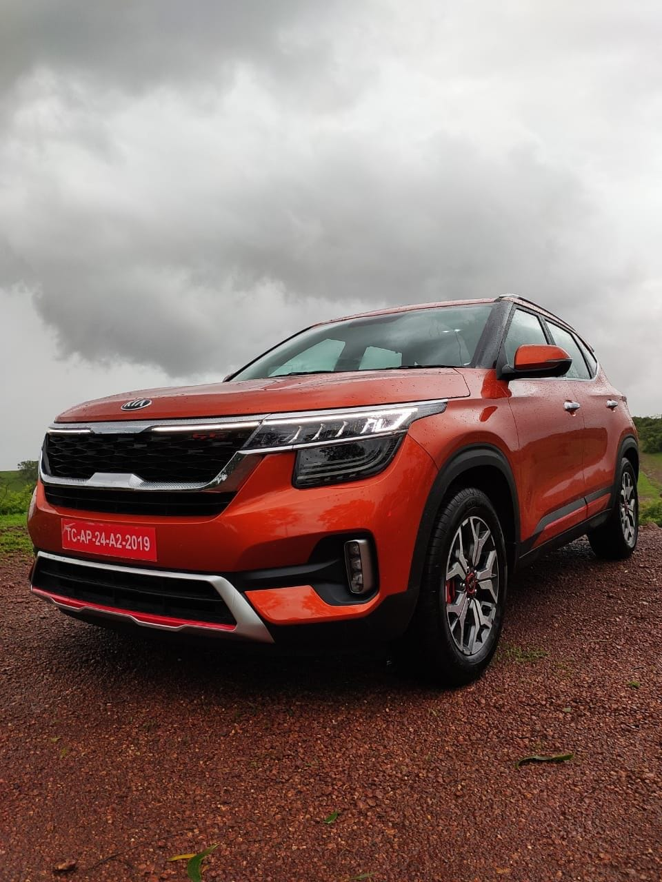 Kia Seltos has familial tiger-nose grill, the top of which gets LED DRLs stretching outwards to the end of the headlamps. Kia Seltos' headlamps are full-LED units, just like the vertically stacked fog lamps on the bumper below.