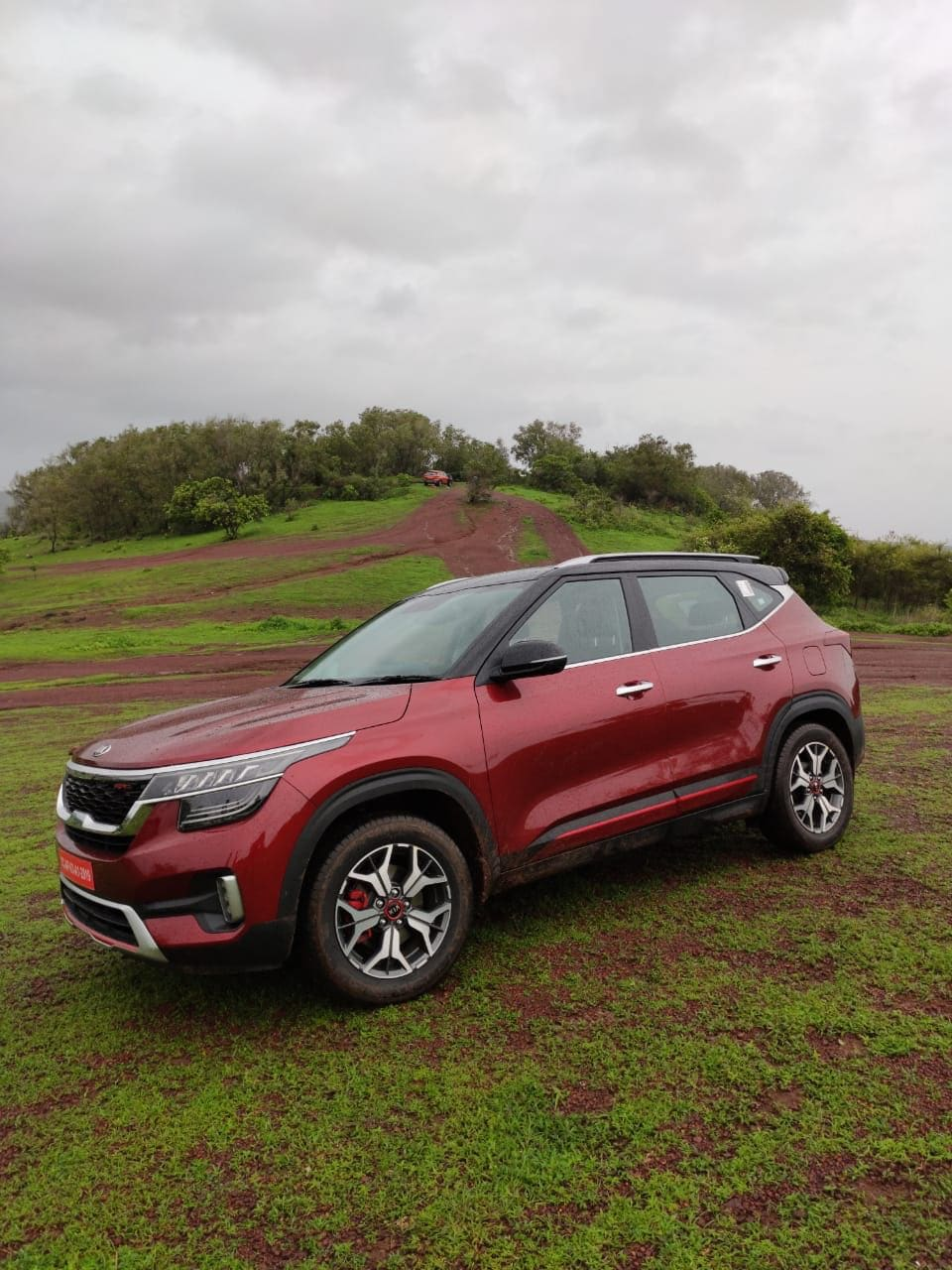 Kia Seltos's engines are BS-VI compliant. So there's a naturally aspirated 1.5-liter petrol unit making 115 HP and 144 NM of torque. This engine can be had either with a 6-speed manual gearbox or a 6-speed CVT automatic. The diesel gets a 1.5-liter turbocharged engine making 115 HP and 250 NM of torque. This has the option of a 6-speed manual or a 6-speed torque converter automatic. The third option in the line-up and one that is likely to garner the most attention is the 1.4-liter turbocharged petrol which makes 140 HP and 242 NM of torque. This comes mated to a 7-speed dual-clutch automatic transmission other than a 6-speed manual.
