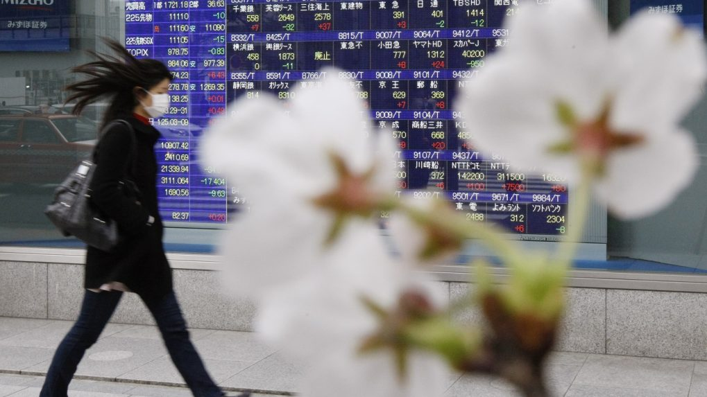 Asian shares inch up in cautious mood over trade, lira stumbles