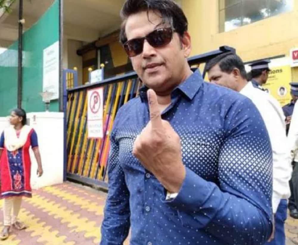 Actor and BJP MP from Gorakhpur (UP) Ravi Kishan at a polling booth in Mumbai's Goregaon. (Image: News18)
