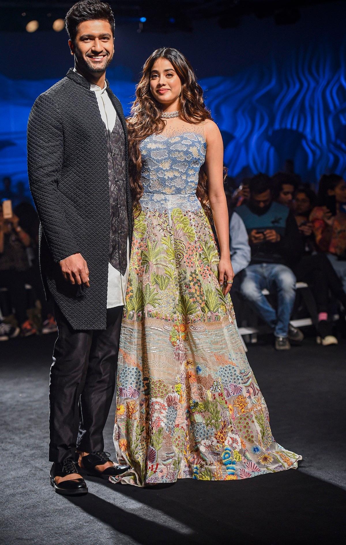 Lakme Fashion Week Vicky Kaushal Sunny Leone Janhvi Kapoor Walk The Ramp Cnbctv18 Com