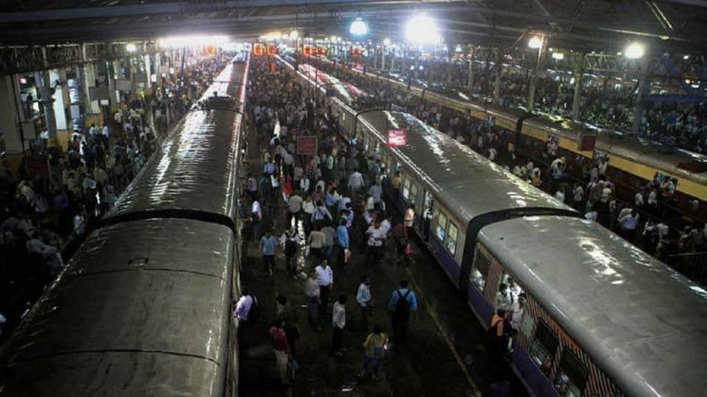 Maha govt directs GRP to fine commuters travelling sans masks